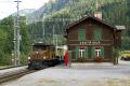Ge 6/6 I 415 erreicht Castrisch mit dem Alpine Classic Pullman
