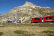 Bernina-Lagalb. Kreuzung der Züge 1633 und 1648 mit den ABe 4/4 51 und 52 bzw mit ABe 8/12 3509. Hinten der Piz Alv