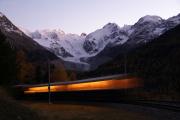 """""""Bernina-Krokodil"""" Ge 4/4 182 mit einem Pullman-Sonderzug spätabends in der Montebello-Kurve"""