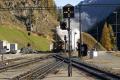Ge 6/6 I 415 erreicht St. Moritz mit einem Dampfzug im Schlepp