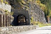 Ge 6/6 I 415 verlässt den Glatscheras-Tunnel unterhalb Bergün