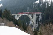ABe 8/12 3502 mit Regio nach Chur auf dem Langwieser-Viadukt