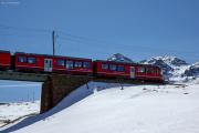 Allegra ABe 8/12 auf der Oberen Berninabachbrücke ob der Alps da Buond. Hinten die Galleria Arlas.