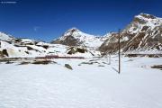 In der Schlaufe der Alps da Buond oberhalb Bernina Lagalb. Hinten Piz Albris (m), Piz Pischa und Piz Alv (r).