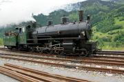 Dampffahrt Surselva. Die G4/5 107 fährt in Sumvitg-Cumpadials zick-zack zur Drehscheibe