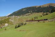 RE mit Ge 4/4 III 648 oberhalb Bergün; links oben Latsch