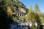 Ge 4/4 III 642 auf dem Rugnux-Viadukt; unten der Albula-Viadukt I
