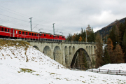 Doppeltraktion mit Ge 4/4 II 614 und 626 auf dem Inn-Viadukt von Cinuos-chel
