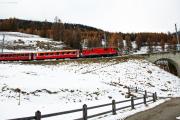 Pendelzug mit Ge 4/4 II 628 vor dem Inn-Viadukt von Cinuos-chel