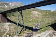 Alp Bondo mit einem Allegra in der Kurve. Obere Berninabachbrücke