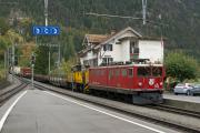 Ge 6/6 II 704 mit Güterzug erreicht Filisur