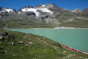 Berninabahn am Lago Bianco. Piz Cambrena