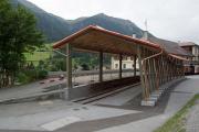 Neuer Unterstand für die Ge 6/6 I 407 vor dem Bahnmuseum Albula in Bergün.