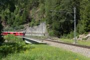Obere Cavagliasco-Brücke. Rechts die alte Steinbogenbrücke, die vom Bergdruck stark deformiert wurde