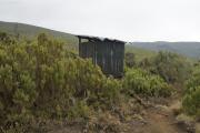 WC-Häuschen beim Rastplatz. Kilimanjaro NP. Marangu-Route, Tag 2