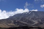 Kibo mit Rebmann-Gletscher. Unten die Kibo-Hütten. Gut sichtbar der Pfad von den Hütten hinauf zum Gilman's Point. Marangu-Route, Tag 4