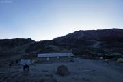 Kibo-Hütten in der Abenddämmerung. Marangu-Route, Tag 4
