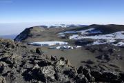 Uhuru Peak (5895m) - Kibo-Gipfel. Furtwängler-Gletscher (vorne) und Nördliches Eisfeld (hinten)