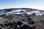 Uhuru Peak (5895m) - Kibo-Gipfel. Caldera mit Reusch-Krater im Zentrum, hinten das Östliche Eisfeld