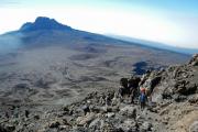 Abstieg vom Kibo. Der Mawenzi mit Sattel und den Kibo-Hütten (Mitte). Gilman's Point,  Marangu-Route, Tag 5