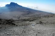 Rascher Abstieg vom Kibo. Der Mawenzi mit Sattel und den Kibo-Hütten (Mitte). Gilman's Point,  Marangu-Route, Tag 5