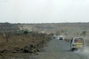 Piste neben Autobahn (im Bau) bei Arusha