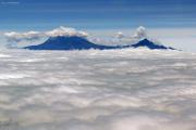 Kilimanjaro mit Kibo (l) und Mawenzi (r). Flug Kilimanjaro Intl. (JRO) - Mombasa (MBA) mit Air Excel