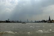Gewitter über Bangkok am Chao Phraya. Rechts: Wat Arun