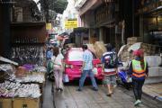 Bangkok. Marktgasse in Chinatown. Taxifahrer mit Optimismus...