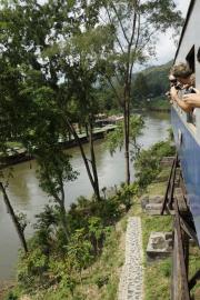 "Holzbrücke am River Kwai der Bahnlinie nach Nam Tok. Reststück der ""Todeseisenbahn"" nach Burma. Wang Pho, Kanchanaburi"