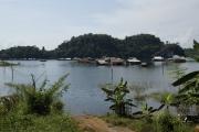 Siedlung im Khao Laem Stausee. Unweit von Sangkhla Buri
