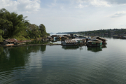 Siedlung im Khao Laem Stausee. Sangkhla Buri