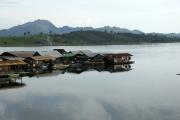 "Siedlung im Khao Laem Stausee. ""Mon-Brücke"", Sangkhla Buri"