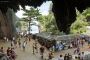 Sehr beliebte James-Bond-Felsnadel (Khao Ta-Pu) vor Khao Phing Kan (Hintergrund). Nationalpark Ao Phang Nga