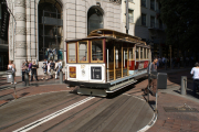 Cable Car der Powell-Hyde-Linie mit Drehscheibe, Powell St & Market St, San Francisco, CA