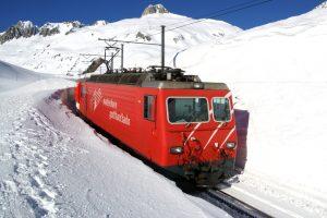 HGe 4/4 II 104 mit einem Regionalzug nach Disentis unterhalb Oberalppass